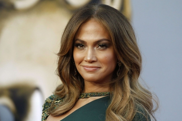 Jennifer Lopez, sexy intr-o rochie creata de un designer din Romania