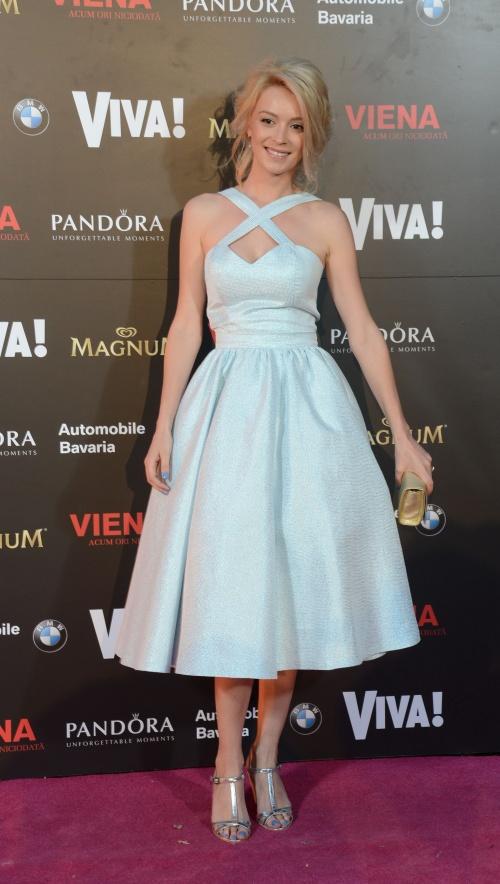 Diana-Dumitrescu-rochie-Irenka-bijuterii-Pandora-clutch-Simina-Filat