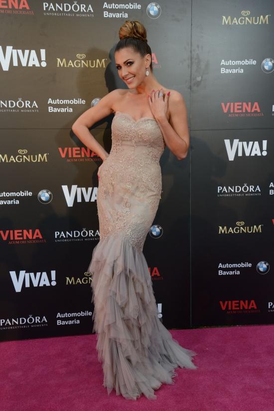 Ilinca-Vandici-rochie-Pronovias-bijuterii-Pandora-clutch-Chanel-sandale-Christian-Louboutin
