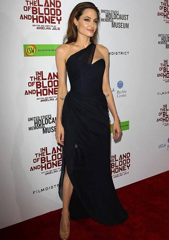 "Premiera din Los Angeles a filmului ""In The Land Of Blood and Honey"" (decembrie 2011) – rochie Romona Keveza si pantofi Jimmy Choo"