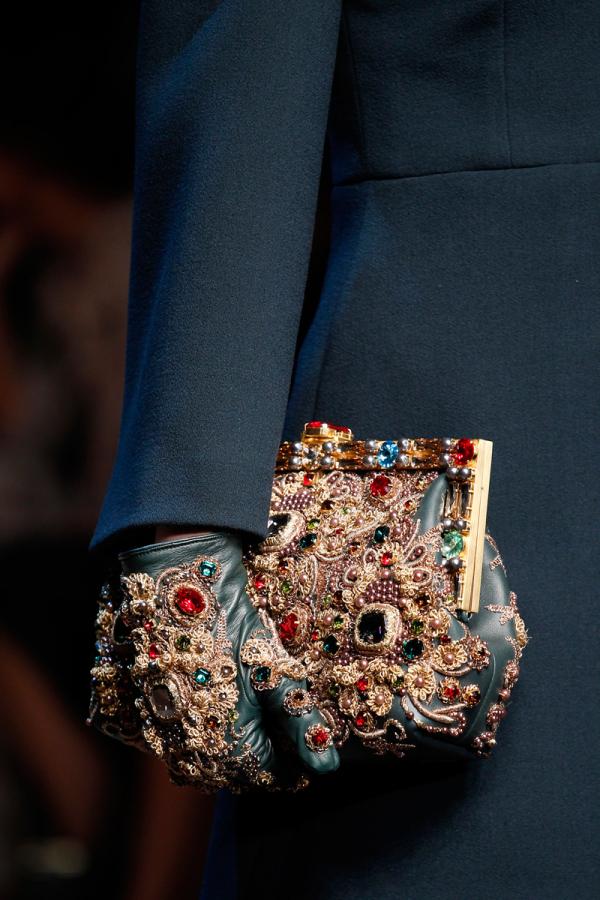 Colecția Dolce&Gabbana de mănuși, genți decorate impresionant