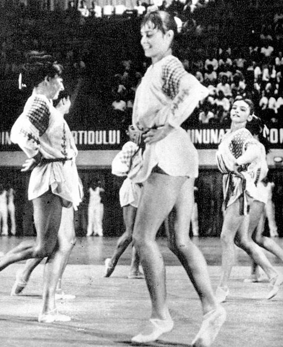 Nadia Comăneci şi echipa de gimnastică a României în 1976
